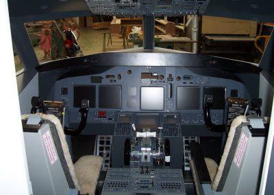 Boeing  737  baten  simulagailua  fabrikatzea.  Sondika