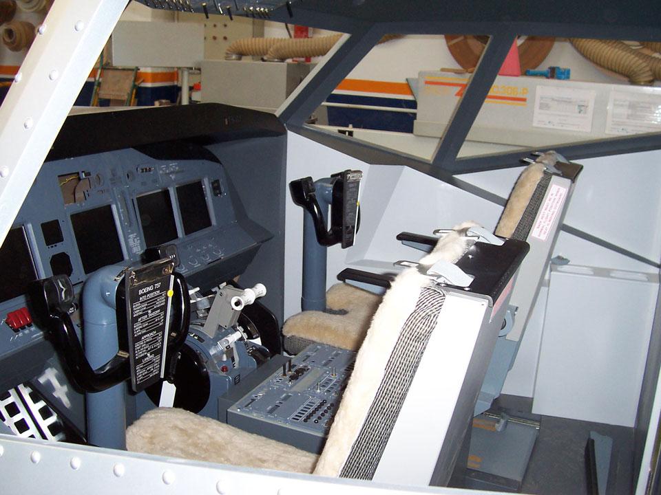 Detalle de los mandos del simulador del Boing737