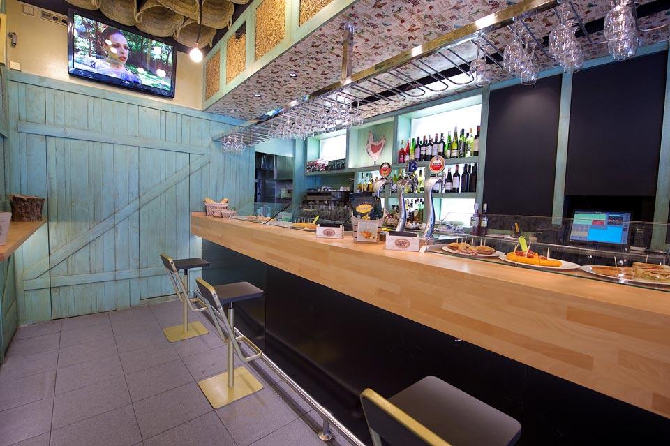 Barra de madera en Bar El Gallinero