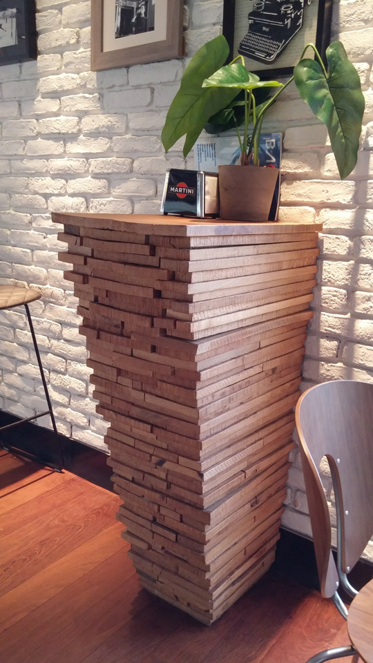 Detalle en madera, Bar Gozatu en Colón de Larreategui (Gozatu Taberna)