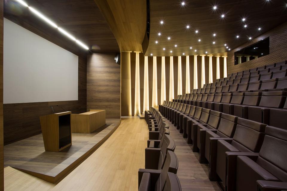 Interior en madera de Orona Auditorium