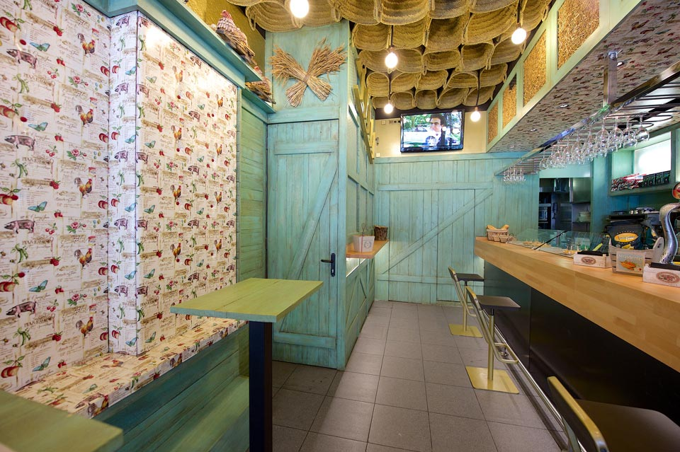 Interior de madera en Bar El Gallinero
