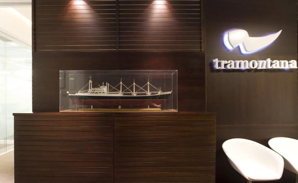 Oficinas Tramontana, detalle en madera de la recepción
