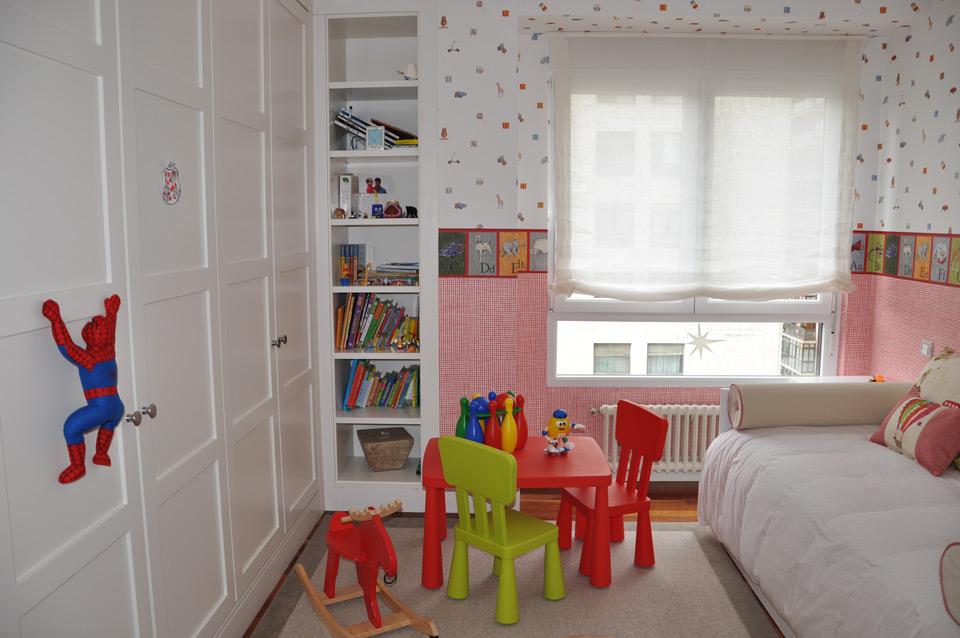 Habitación infantil y estantería de madera